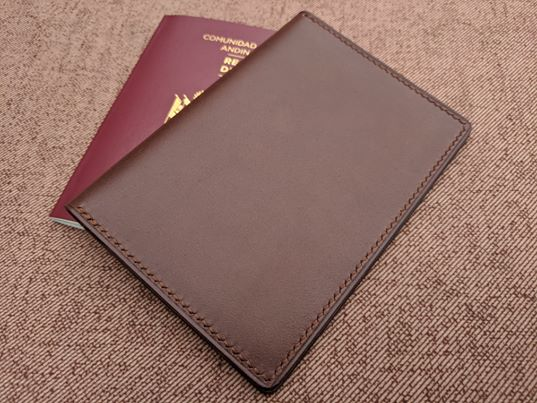 Porta Pasaporte Chocolate 1